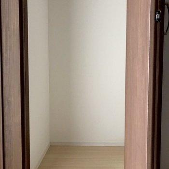 奥行きのあるクローゼットなので、たくさん収納できそうです。※写真は1階の同間取り別部屋のものです