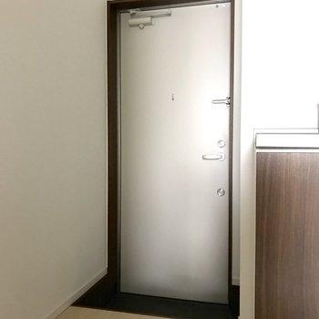 玄関はあまり広くないので、収納を利用するときれいに収まりますね。※写真は1階の同間取り別部屋のものです