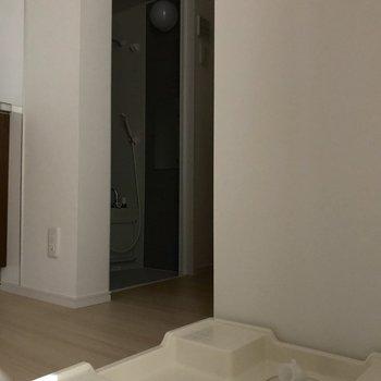 リビングをでて、すぐ右手に洗濯機が置けるスペースがあります。※写真は1階の同間取り別部屋のものです