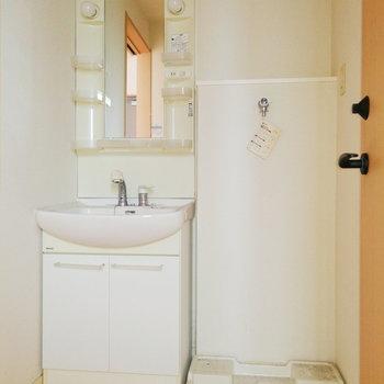 洗面台と洗濯機が並ぶ形です。※写真は2階の同間取り別部屋のものです