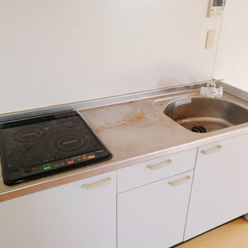 キッチンはIHで調理スペースもしっかり。※写真は2階の同間取り別部屋のものです