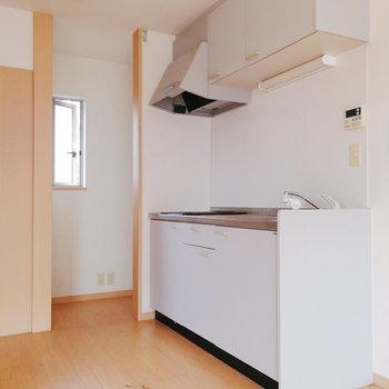 【リビング】冷蔵庫はキッチン横のデッドスペースに置けます。※写真は2階の同間取り別部屋のものです