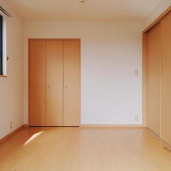 【洋室】ほぼ真四角な空間で、彩りやすいですね。※写真は2階の同間取り別部屋のものです