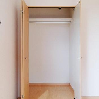 【洋室】収納はまずまずのサイズ感。※写真は2階の同間取り別部屋のものです