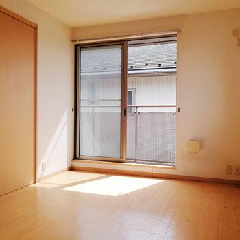 【洋室】日差しが差し込むと柔らかい雰囲気。※写真は2階の同間取り別部屋のものです