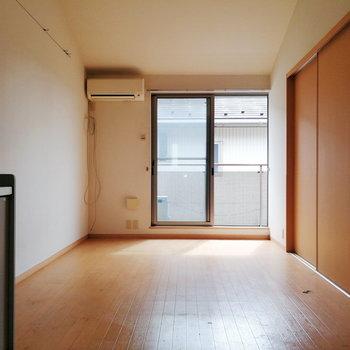 【リビング】約10帖でゆったりしやすそうだ。※写真は2階の同間取り別部屋のものです