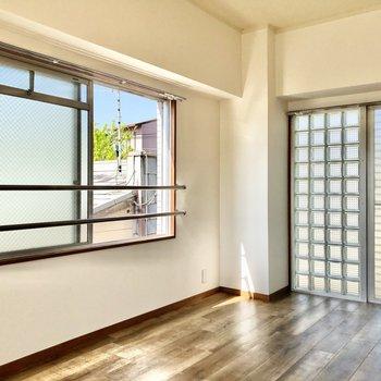側面にも窓があって背面にはガラスブロック!開放感あります◎
