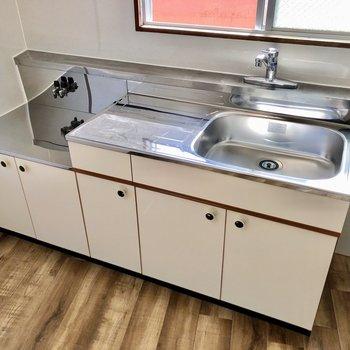 コンロは持ち込みですが、サーモ水栓で使いやすいキッチン。