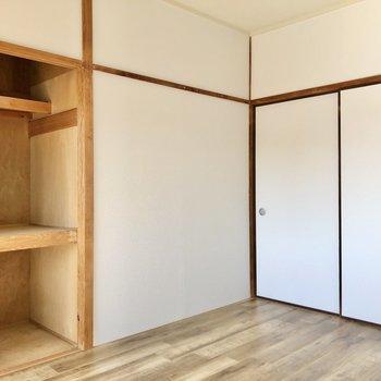ダブルベッドも置けますよ。収納は奥行きしっかりの押入タイプ。収納ボックスなどのご準備を。