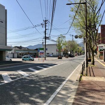目の前の通りにはバス停、コンビニ、スーパーなど充実しています。