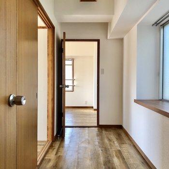 廊下もゆったりすれ違えるスペースがあります。