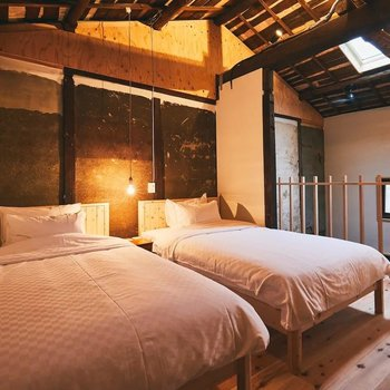 ベッドは2台備え付け。いずれもセミダブルサイズ(W1250*L1950)です。