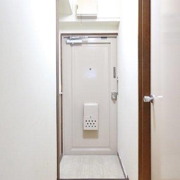 廊下の奥には玄関。