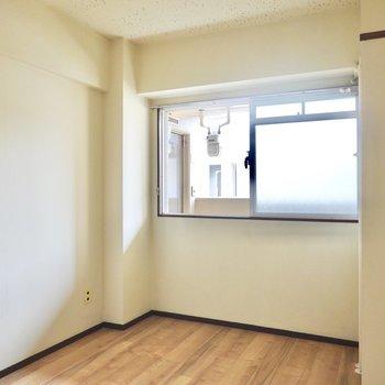 洋室は約6帖。和室をリビングにするならこちらが寝室として活躍しそうです。