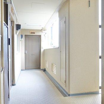 玄関前の共用部はクリームカラーで柔らかな雰囲気。
