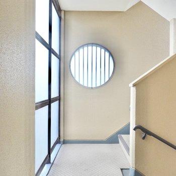 階段ホールの円窓がアーティスティックさを醸し出していました。