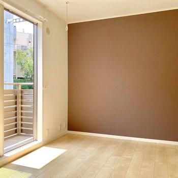 一番大きな5.8帖の洋室にはブラウンのアクセントクロス!サイズ的に夫婦の寝室にしても◎