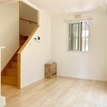 まずは1階のリビングから。家族団らんスペースとして大きな家具をチョイスしましょう。