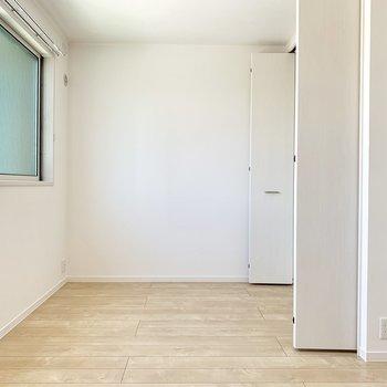 隣の4.5帖の洋室とは引き戸で仕切られています。