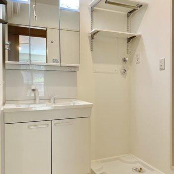 脱衣所には洗濯機置き場と3面鏡の独立洗面台!可動棚付きが嬉しい!