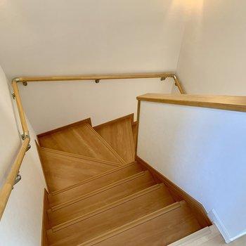階段を降りて1階の水回りへ。