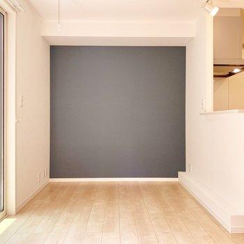ブルーの壁がお部屋のアクセントに!