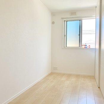 続いて縦長5.3帖の洋室!家具の置き方は工夫が必要かも・・