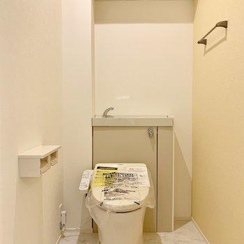 トイレはタンクレスのスタイリッシュタイプ。専用の手洗いも付いています。