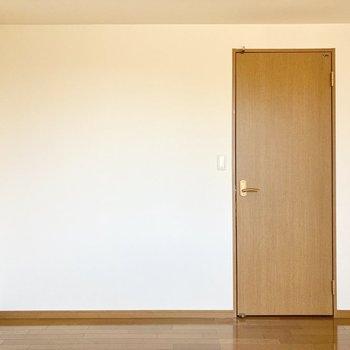 【約6帖洋室】こちら側はシンプルです。