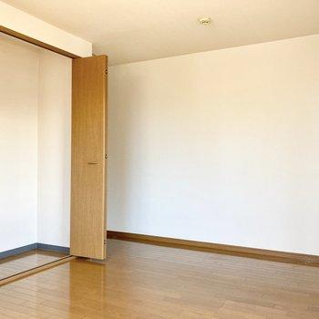【約8帖洋室】ここにも大きなクローゼットがありますよ。
