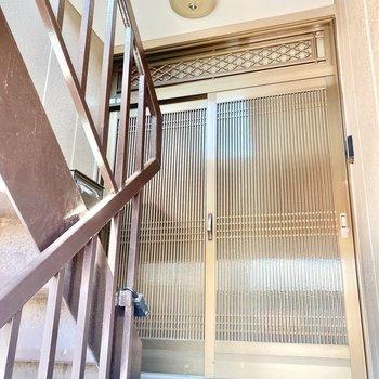 玄関を出てすぐ階段です。