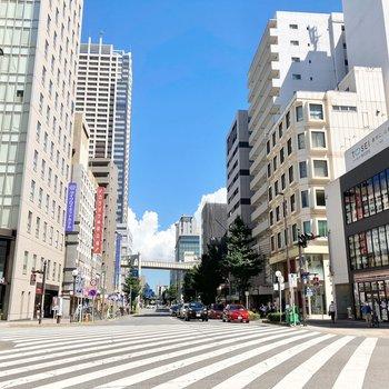 駅前は大きなホテル、駅ビル、色々なお店で賑わっています。