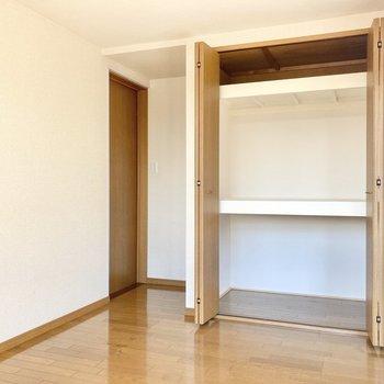 【約6.5帖洋室】ここには3段に分かれたクローゼットが。