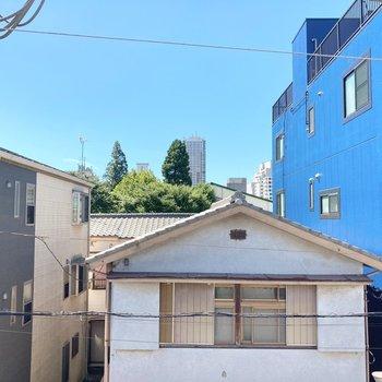 【約6帖洋室】小窓からの眺望。道を挟んでお隣が見えています。