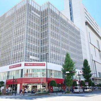 駅までの道のりに商業施設があり、ショッピングもできます。