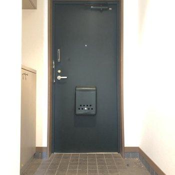 玄関はシックに。※写真はクリーニング前のものです