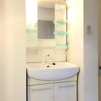 独立洗面台の上には棚がついています!※写真はクリーニング前のものです