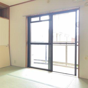 【和室】和室にも大きな窓がついています。※写真はクリーニング前のものです