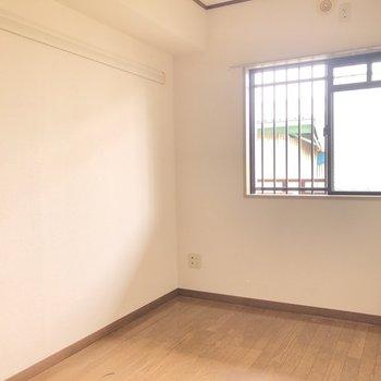 【洋室】約4.5畳の洋室にも窓があります。※写真はクリーニング前のものです