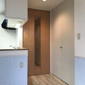 【LDK】玄関との間には扉があり、右手にはクローゼットがあります
