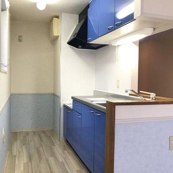【LDK】お部屋の印象をまとめる、少しマットなブルーのキッチン