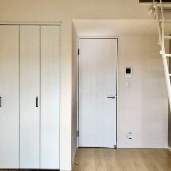 扉横スペースには本棚がすっぽり入りそうですよ。※写真は2階の反転間取り別部屋のものです