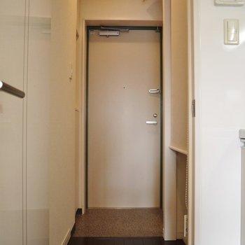 玄関はシンプル。※写真は同タイプの別部屋。