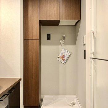洗濯機置場まわりは棚が充実し、ラックを買い足す必要もありません。