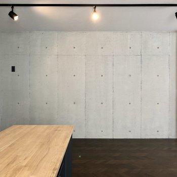 やっぱりコンクリートの壁際にソファを置いてみたい。
