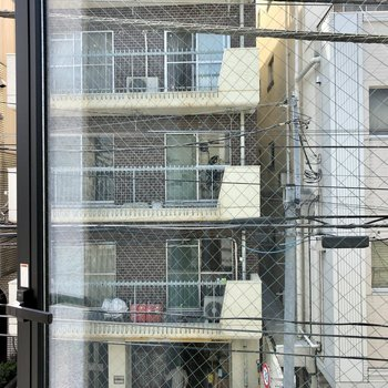 眺望は向かいの建物。