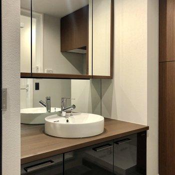 丸形の洗面台がおしゃれだな〜。鏡の裏は棚になっています。
