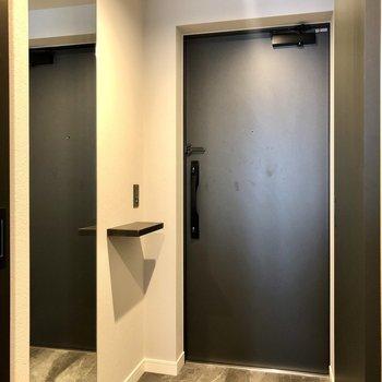 玄関には大きめな鏡と、小物を置ける台が嬉しい。