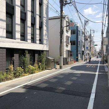 お部屋の前の道路。交通量は比較的少なめで、基本的には閑静な住宅街という雰囲気です。