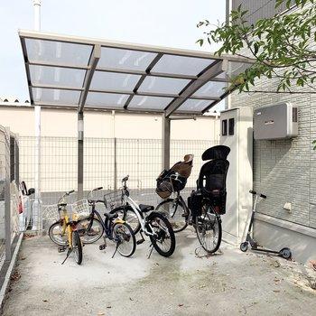オートロックを抜けて奥に駐輪スペースがあります。